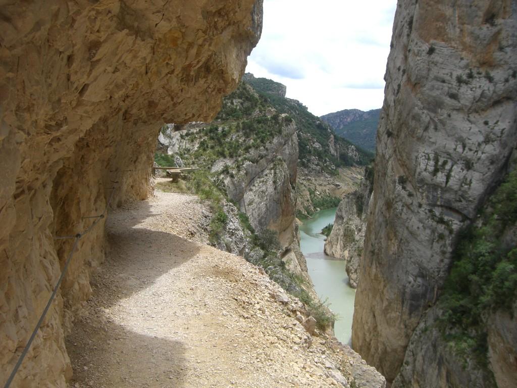 Detalle de la vía excavada en la roca