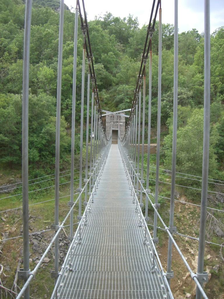 Puente colgante sobre el barranco Fondo