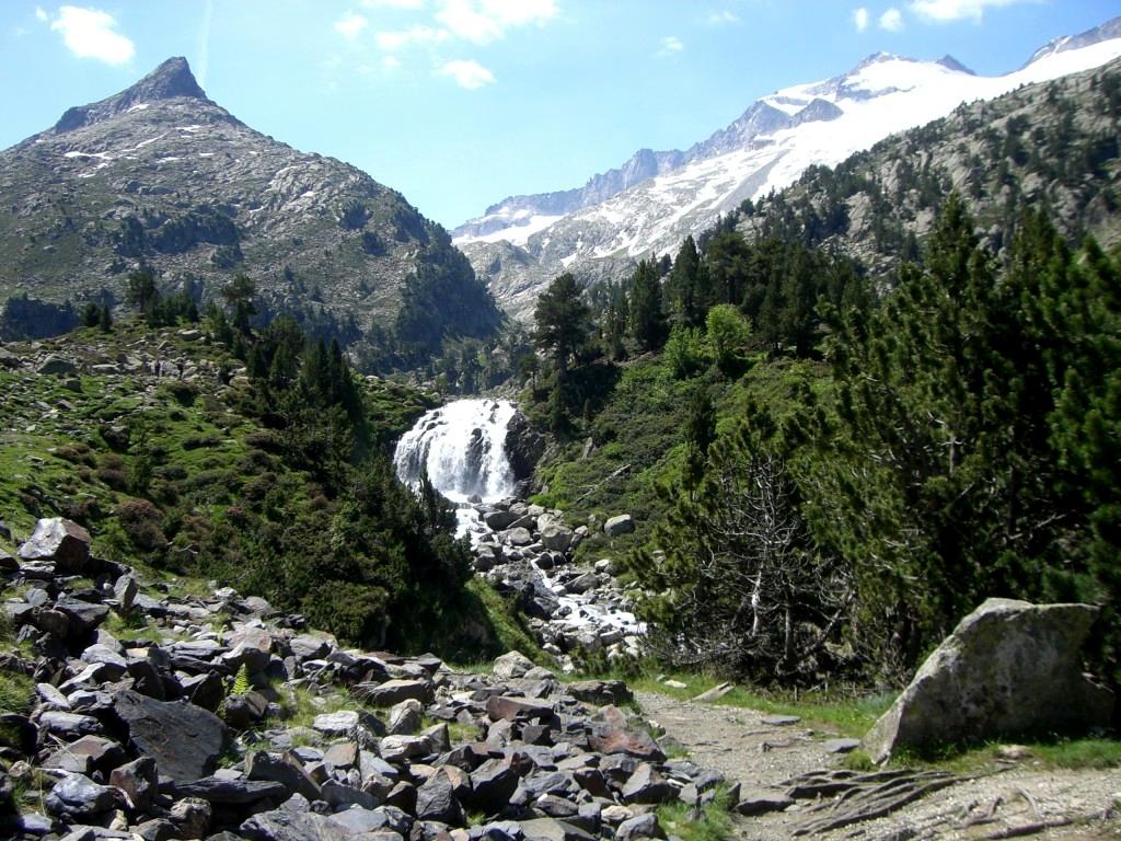 Cascada de Aiguallut, con la Tuca de Aiguallut a la izq. y el Aneto a la dcha.
