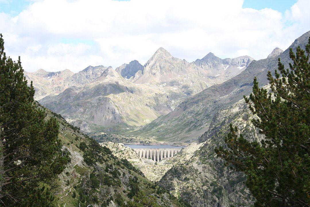Vista lejana de la presa del Emblase de Respomuso