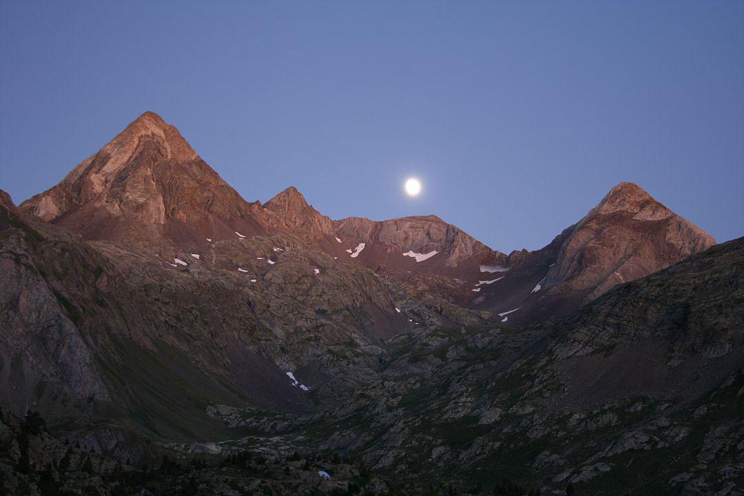 La Luna sobre el pico de Llena Cantal y el Camporoplano.