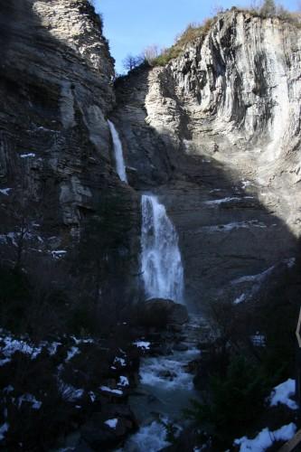Vista de la cascada desde el sendero de acceso