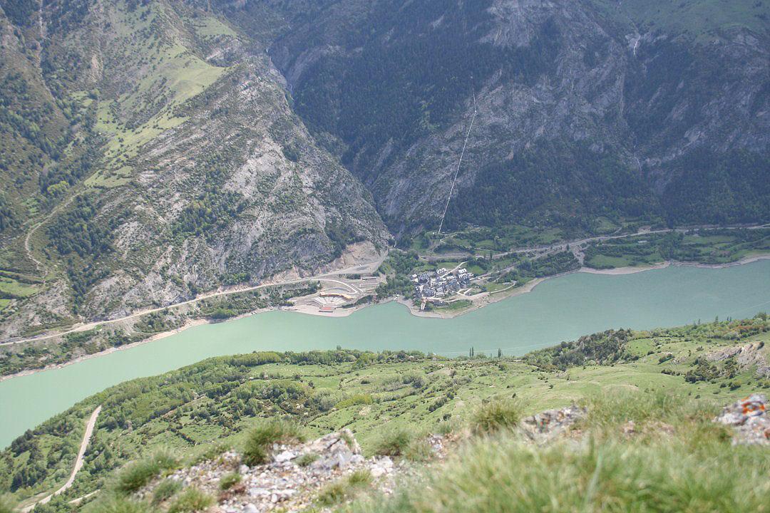 Lanuza y embalse de Lanuza . Escenario de Pirineos Sur