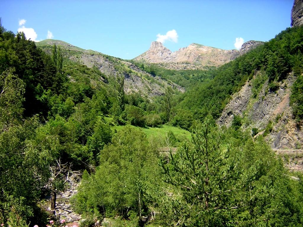Valle del río Escarra con la Punta de la Cochata al fondo