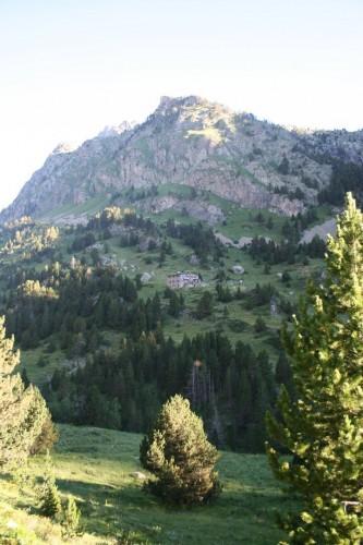 Refugio de Estós desde la otra margen del valle