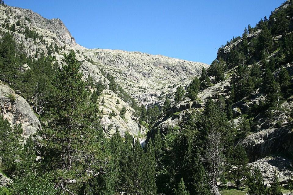 Se abre el Valle y se vislumbra a los lejos la Cascada del Fraile