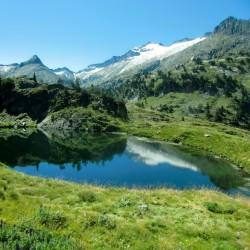 Ibon Superior de Villamuerta con el Glaciar y pico del Aneto al fondo