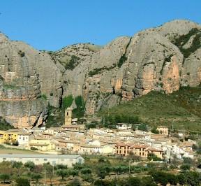 Vista general de Agüero y los mallos desde la carretera