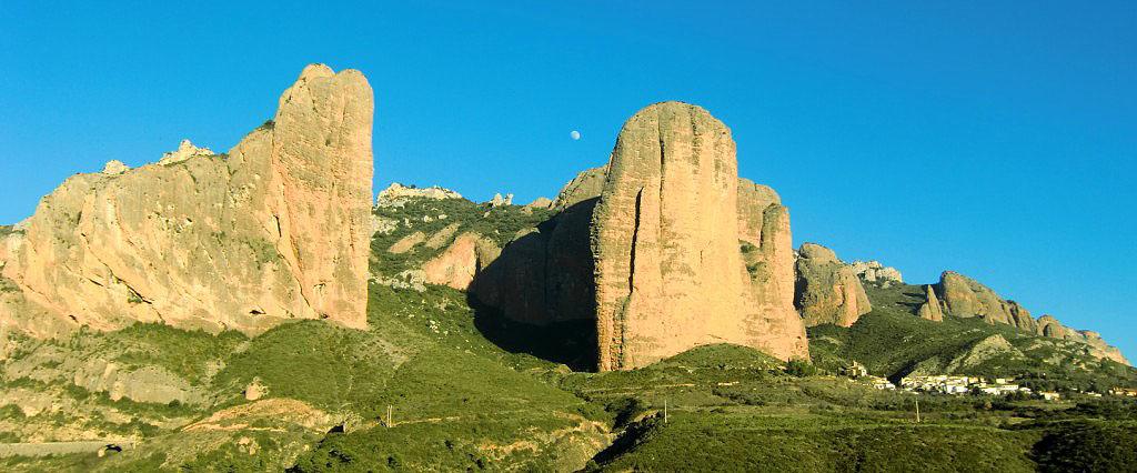 Panoramica de los Mallos, con la localidad de Riglos a sus pies.