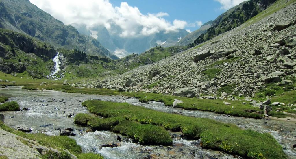 Río de Gave des Oulettes con la Cascada de Darré Splumouse y Vignemale al fondo