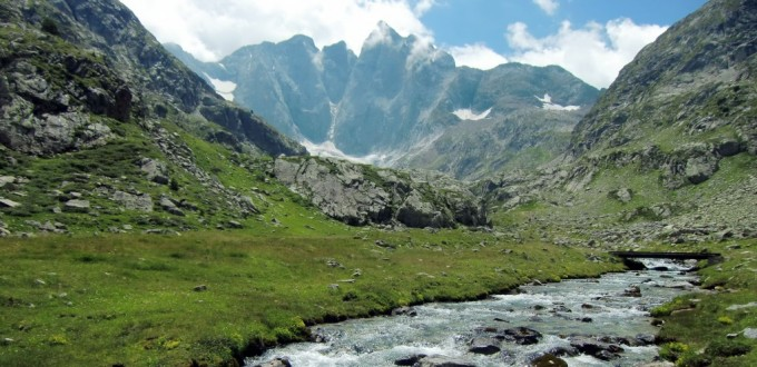Vignemale con el río Gave des Oulettes en primer plano
