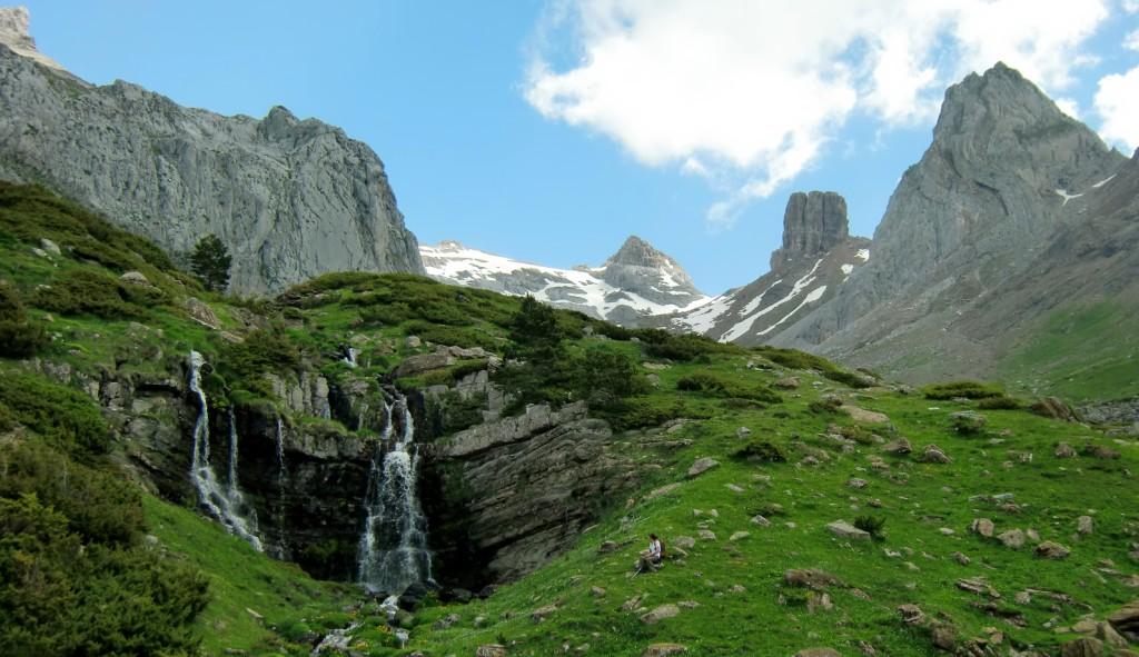 Cascada procedente de las fuentes de Rigüelo con los Lecherires al fondo