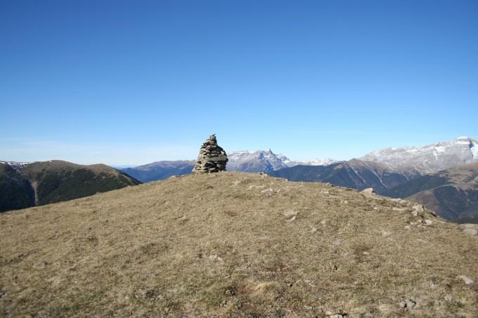 Hito en la cima del pico Pelopin