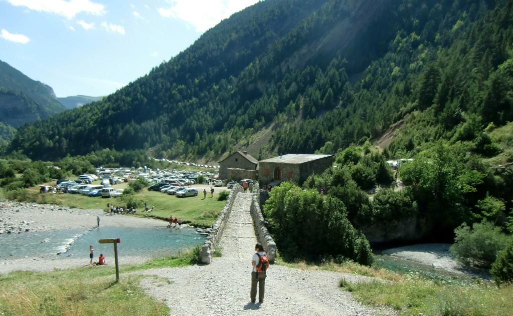 Puente de Bujaruelo con el Parkin y zona de acampada al fondo