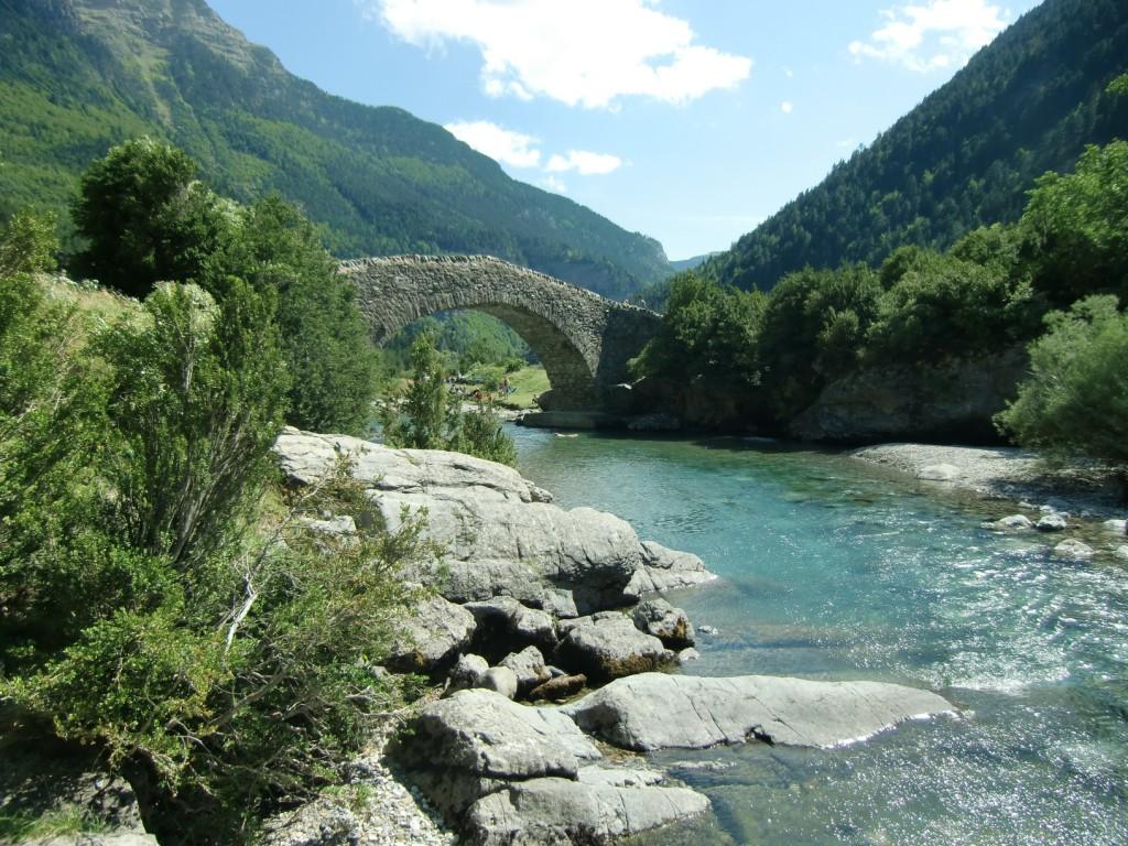 Pozas del río Ara con el Puente de Bujaruelo al fondo