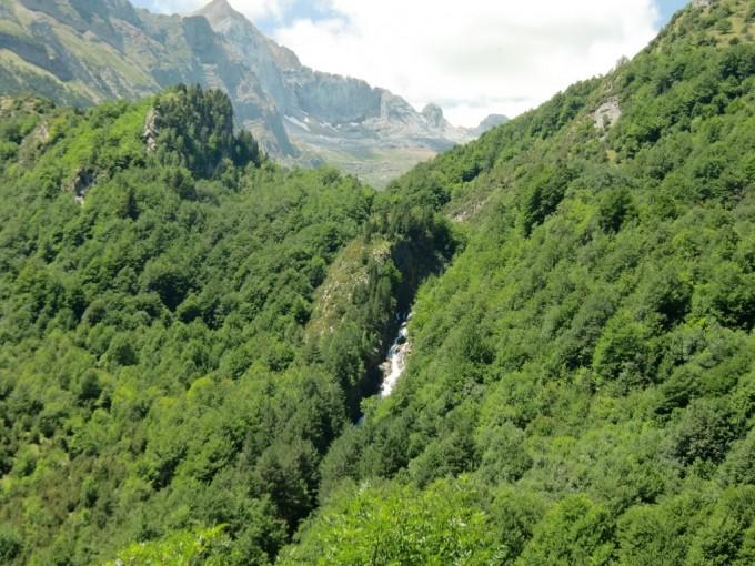 Cascada del río de Otal con el Valle de Otal al fondo
