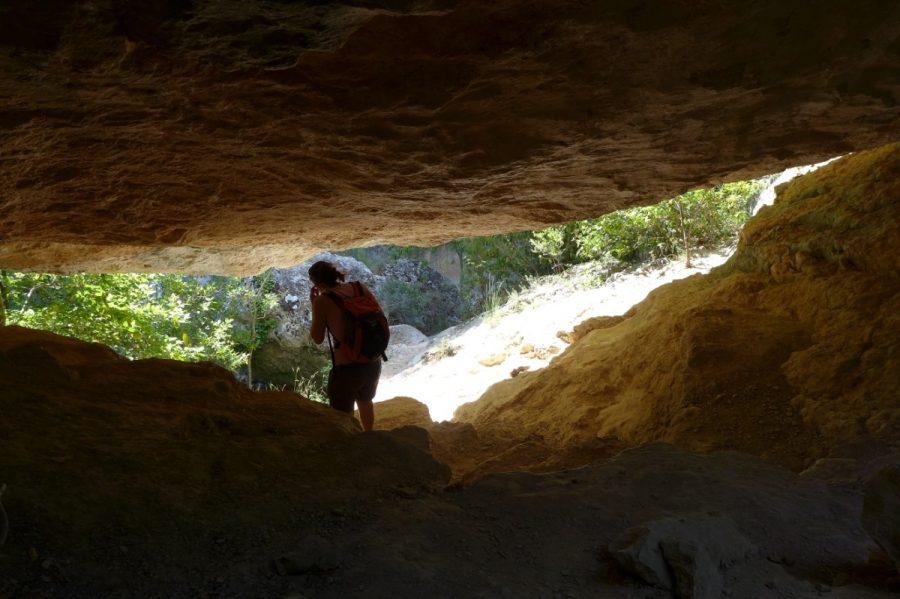 Paso a través de un pequeño tunel de piedra natural