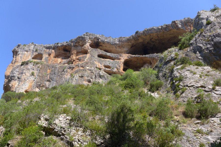 Covachos en las paredes del Barranco de la Fuente