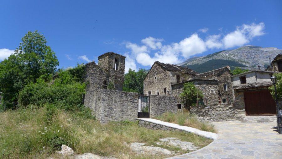 Escuaín con la iglesia parroquial de San Pedro del S-XVII, en primer plano
