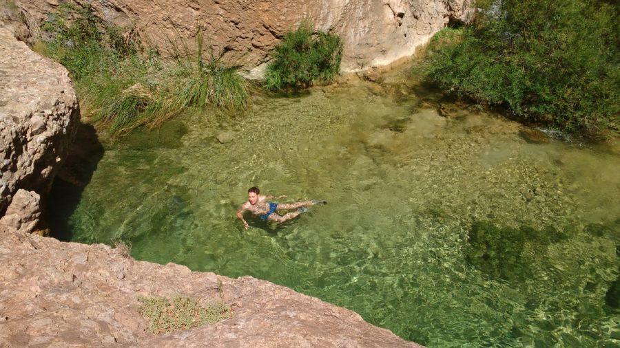 Baño en la poza junto al puente natural