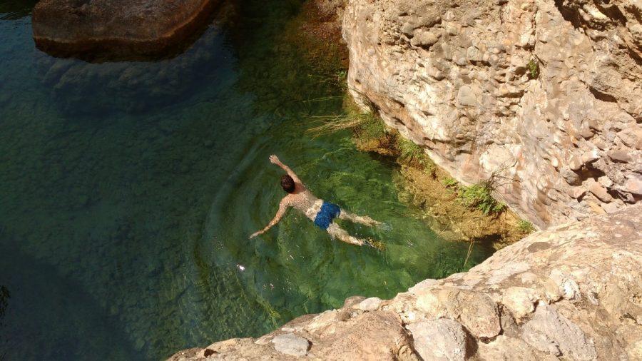 Baño en la poza bajo el puente natural de roca sobre el río Flumen