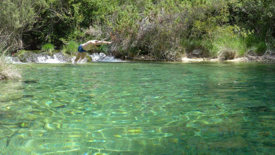 Baño en la poza de aguas cristalinas