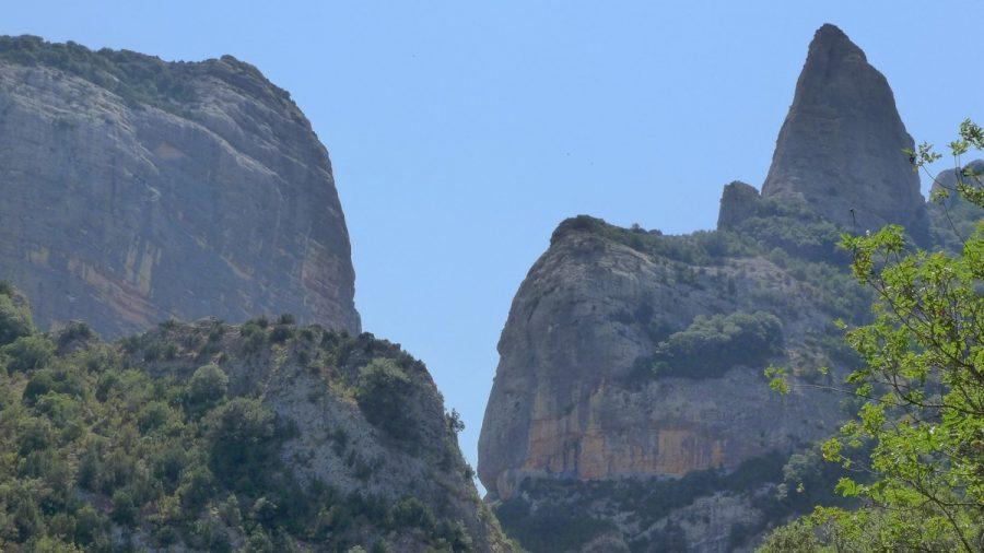 Vistas durante la ascensión con la Peña Men a la izquierda y el Fraile a la derecha.