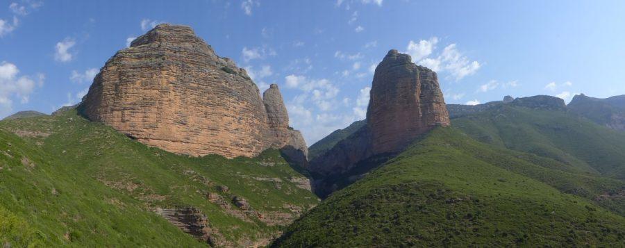 Vista panoramica del Salto de Roldan con la Peña Sen a la derecha y la Peña San Miguel a la izquierda y tras esta el Mallo del Fraile.