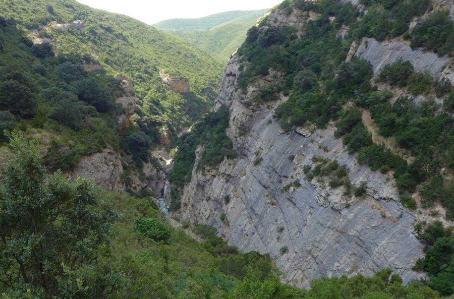 Garganta del Flumen, en el tramo conocido como Palomeras del Flumen. A la derecha se aprecia en el límite de la pared de piedra la senda colgada por la que hemos venido.