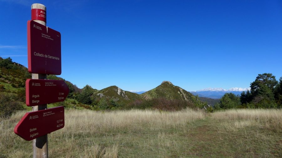 Paneles indicativos del camino natural de la Hoya en el Collado de Sarramiana. Al fondo el Peiró.
