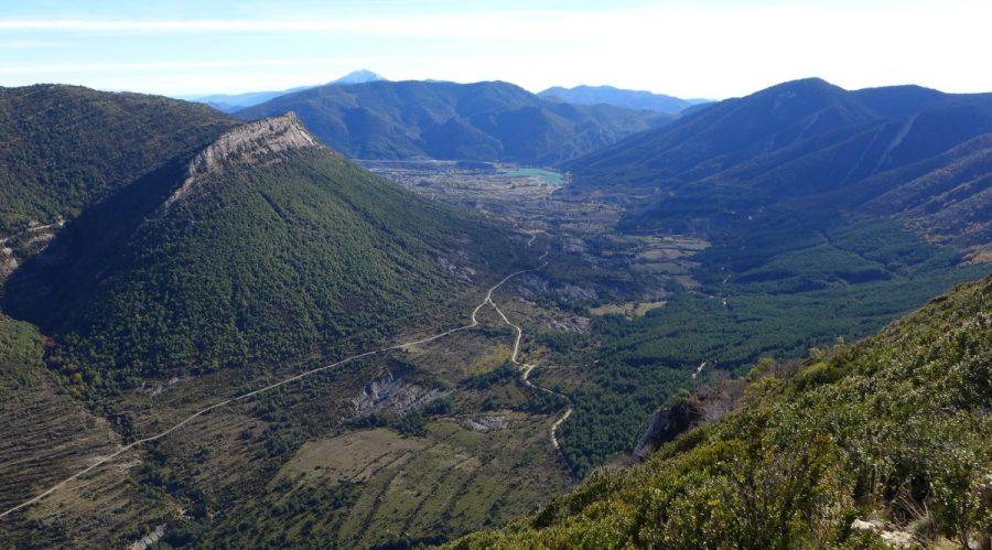 Vistas del entorno de Arguis con el tozal de Guara al fondo