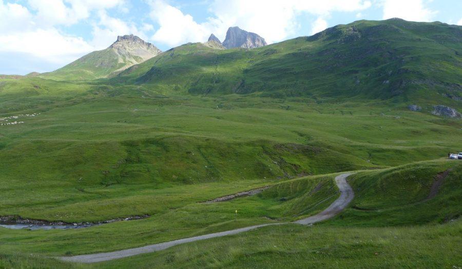 Vistas de las laderas por la que discurre la ruta y tras las cuales asoma el pico Midi d'Ossau. El Pico Peyreget queda a la izquierda.