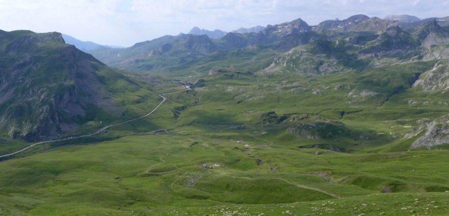 Vistas del Circo de Aneou, con el Portalet y el Valle de Tena al fondo